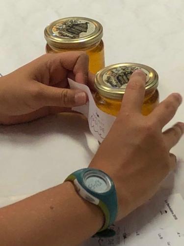 Etiquetage des petits pots de Miel du Belvé